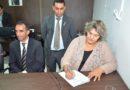 Claudia Gomes é empossada como vereadora pela mesa diretora da Câmara.