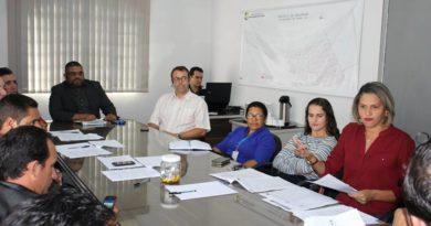 Vereadores recebem secretária de educação para tratar do funcionamento do processo seletivo para contratação de professores e monitores